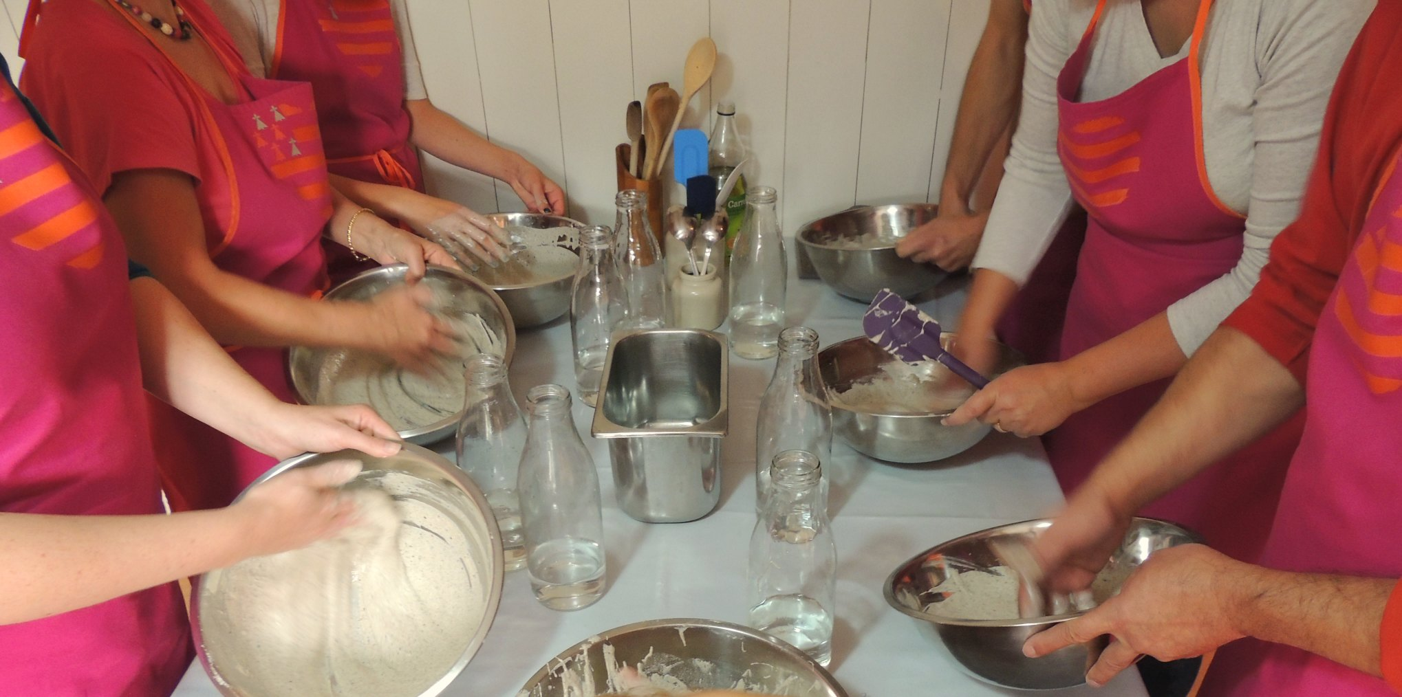 Atelier crêpes - Entreprises -préparer la pâte à crêpes en équipe