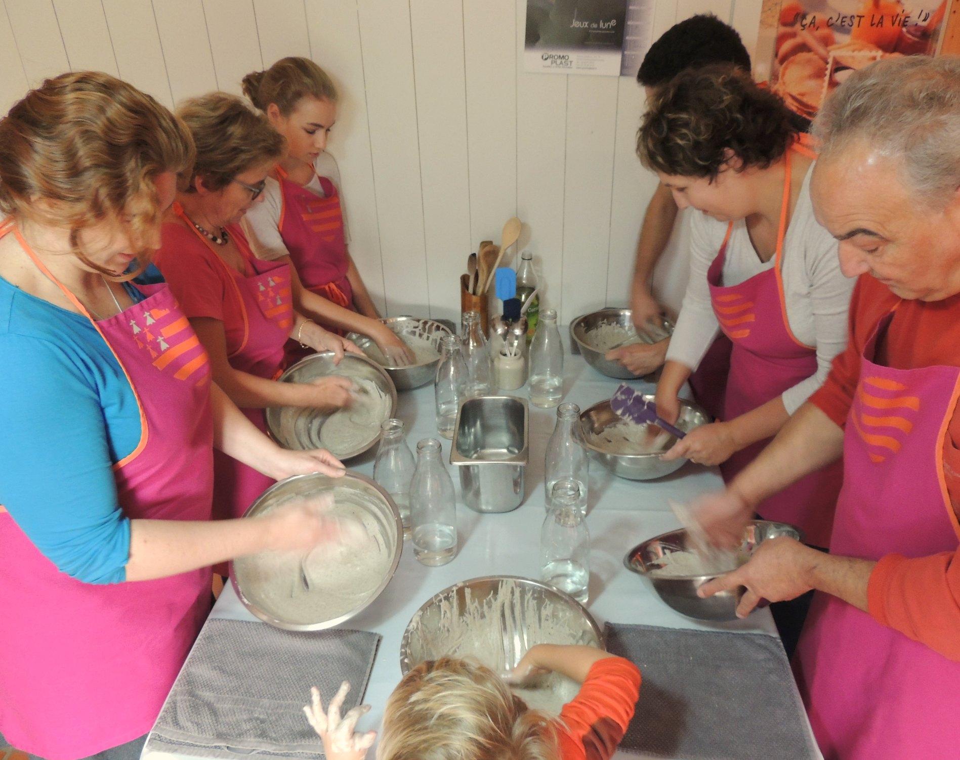 Atelier crêpes à la carte. 40ans de Mariage - 3 générations préparent la pâte à crêpes